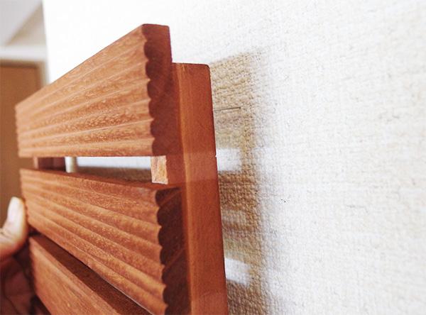 木でできていますが、比較的軽いウッドデッキ。サイズ感もコンパクトなので、壁に取り付けてみました。虫ピンで支えられるかなとやってみたところ、壁に設置できました。虫ピンは画鋲より針が細いため壁紙でも穴が目立ちにくいので虫ピンを使っています。