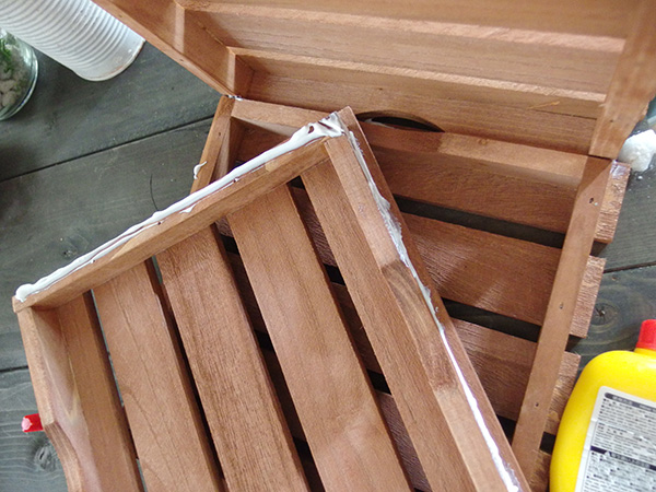 ・ウッドデッキ5枚  ・木工用ボンド  1枚を底にして、周り4面をボンドでくっつけるだけです。いきなりボンドをつけないで仮組みをしてどの面にボンドをつけるかを確認してから接着していきましょう。