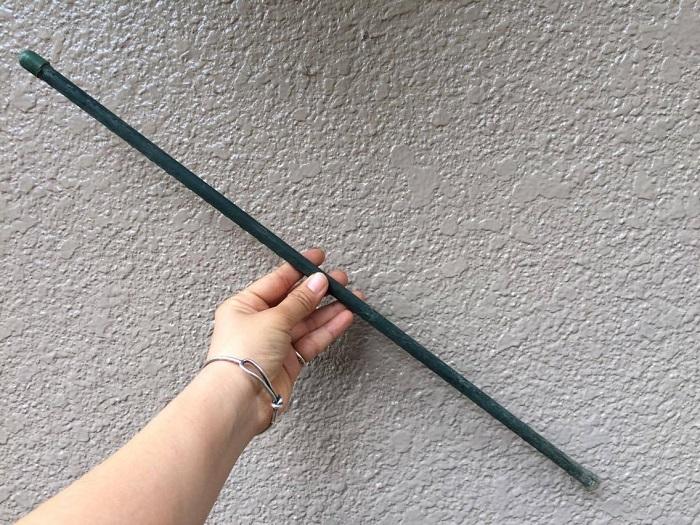ユーカリは、根が浅く風で倒れやすくなります。枝も良く分かれて成長するので、ある程度、枝が生えてきたら支柱を立てないと重さで倒れてきてしまいますので支柱を立てると安心。