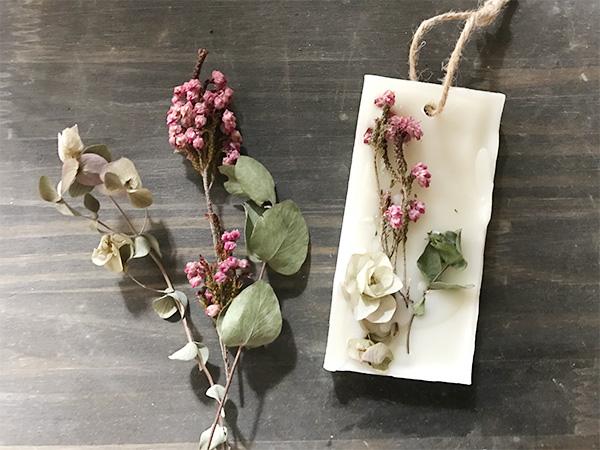 花びら、ハーブ、枝。好きなものをワックスバーに詰め込んでみても。これはオレガノ、エリカ、ユーカリのドライを使ってます。エリカのピンクをポイントに。  最初はドライフラワーを飾るタイミングなどがうまくいかなかったり、ワックスを溶かすのを怠けて失敗したりしましたが、2回目はキレイに作れました。ワックスをキレイに溶かして焦らず丁寧に進めれば簡単に作ることができると思います。ぜひチャレンジしてみてくださいね。