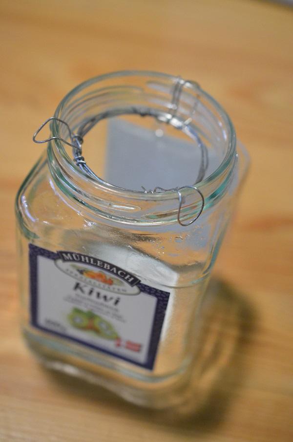 球根より空き瓶の口が大きい場合は、針金などを使って球根が落ちないように工夫しましょう。