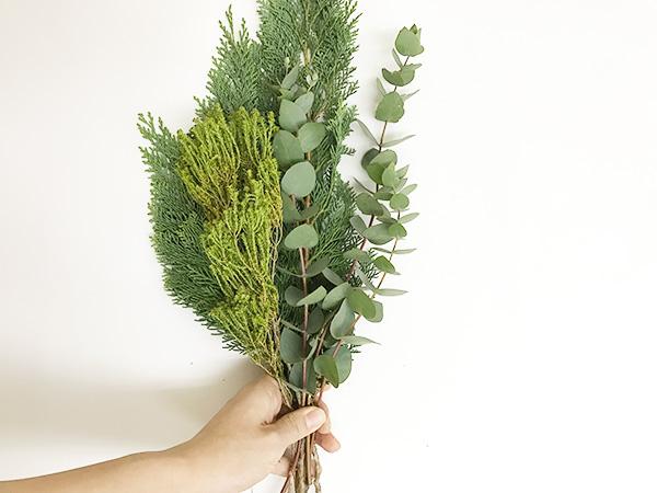 ユーカリをプラス。同じグリーンでも色や葉の形を変えればメリハリがでます。
