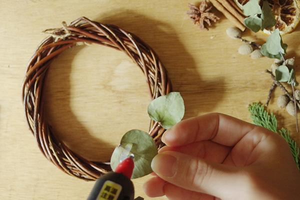 作り方は簡単。グルーガンでつけるだけ。  つける前にある程度の配置は決めて置いてから進めるとスムーズに作れます。  まずはグリーンを。着けたい素材にたっぷりとグルーガンでボンドをつけます。葉っぱなど薄い素材はつけすぎると透けてしまいましたので程々に。