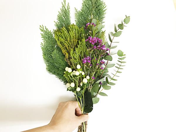 ヒペリカムを一番手前に入れます。他の植物と重なりすぎないようにずらしてバランスをみます。