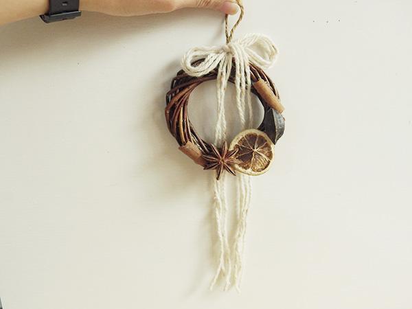 XSサイズのリースを使って。こちらはキャンドゥのデコレーション ドライパーツだけで作ってます。お家にあった毛糸を束ねて結んで。長く垂らしてみても素敵。秋らしい印象のミニリースの出来上がり。