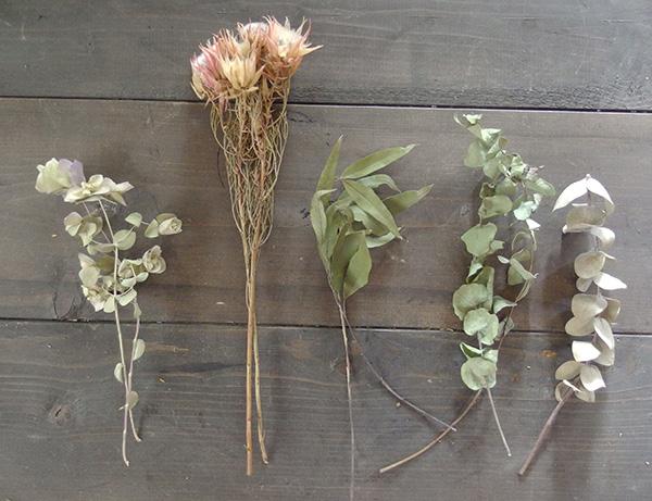 スワッグはドライフラワーを使っても作ることができます。ドライフラワーは少しの力で折れたり花がバラバラになってしいますので慎重に優しく扱います。大きなスワッグを作った時の余った材料を活かして作ってもよいでしょう。