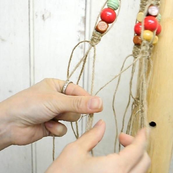 紐の間の長さはお好みの長さでOKです。同じようにしてもう1段も編みます。