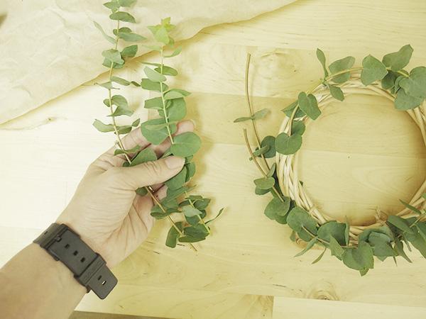 ユーカリがたくさんあれば側面も枝をつけて埋めるとより綺麗に仕上がります。今回は少ない材料で作ってみています。