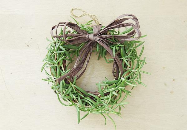 ミニリースにして飾るのも素敵。ローズマリーは乾燥しても香りが残ります。