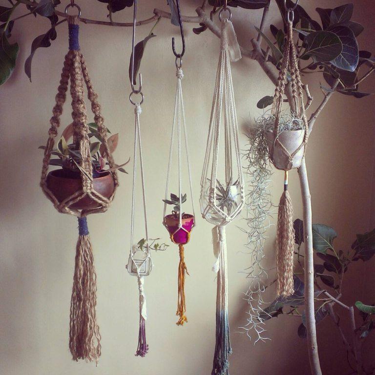 たこ糸や色のついた麻紐を使うとまたイメージが変わります。  お部屋のスタイルや飾る植物、鉢に合わせて色を選ぶのもポイント。たくさん作って並べて飾ると窓辺がにぎやかで明るい印象に変わります。お気に入りの糸や紐で作ってみてくださいね。