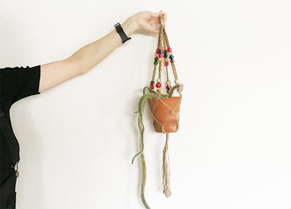 完成です!  鉢を入れてみて安定感を確認してから飾りましょう。しっかりとしているとはいえど、あまりにも重たいものを吊るさないほうが安全です。気を付けて使用してください。重たい鉢を吊るす場合は紐を太くするなどの工夫をするとよいでしょう。