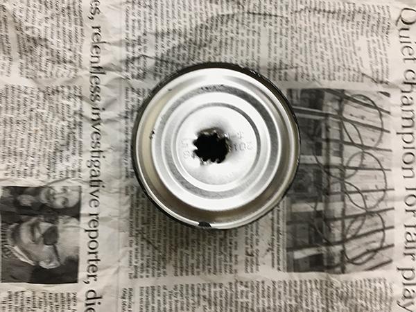 空き缶は好きな色でペイントして、あらかじめ穴を開けておくと水やりが楽になります。