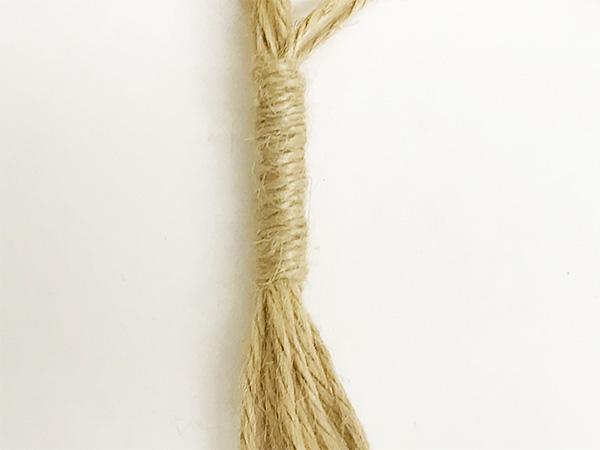 編み終わったら紐を束ねてまとめ結びをして下をカットして整えます。
