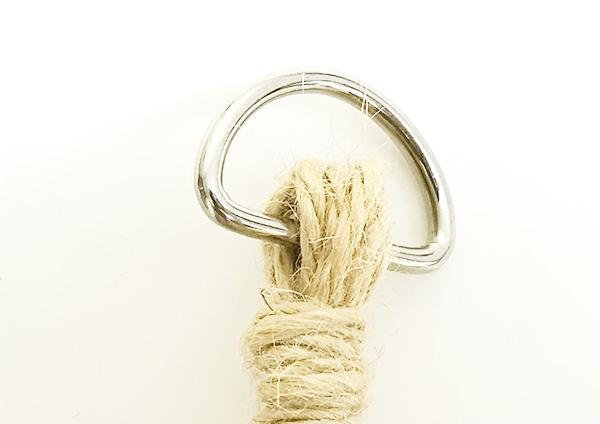 ①Dカンに麻紐をくくりつけてからまとめ結びをします。  Dカンに麻紐を通します。輪にしてくぐらせていますが、半分の長さで二つ折でもOKです。