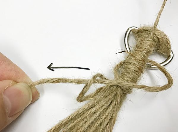 ぐるぐるとしっかりと巻きます。3,4cmくらい巻いたら巻き終わりを輪っかに通します。