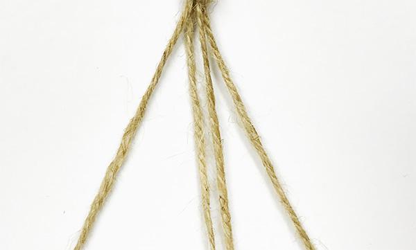 木工ボンドの場合は乾けば透明になり目立たなくなります。麻紐をしっかりと押さえてつけます。