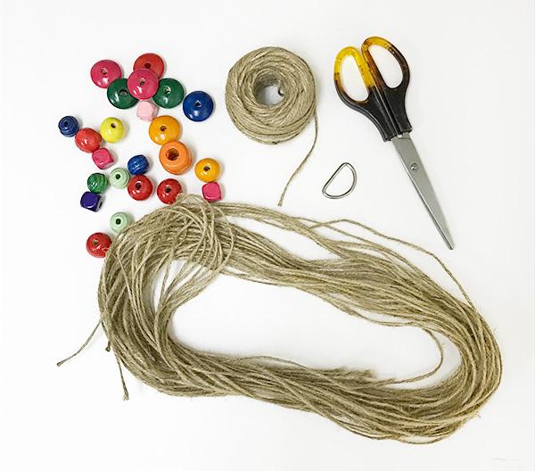 材料・道具  ・麻紐など好みの紐・・・3m×8本  ・ウッドビーズ・・・好みの数 今回は28個使っています。  ・Dカン(ダイソーで購入)  ・ハサミ  ・ボンド