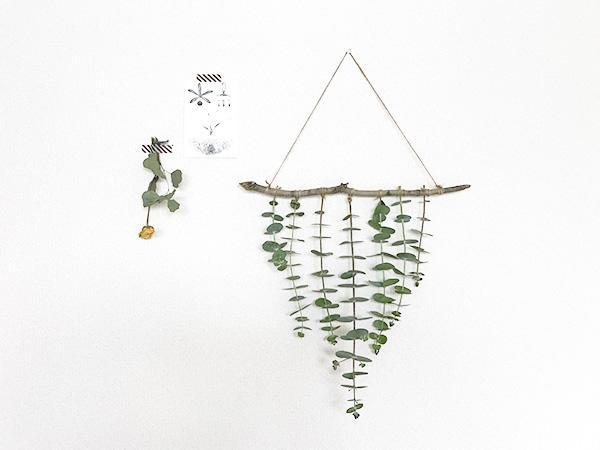 余った紐をカットして完成。  生花の状態から作ると、ドライになると茎が細くなり紐と茎の間に隙間ができて外れてしまいます。ドライになったら結び直しています。手間な場合は先にドライにしてから作っても。