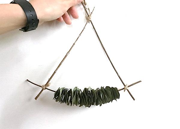 トライアングル型の壁飾りに変身。形は好みで変えてもよいですね。麻紐に葉をたくさん通して輪っか型を作れば葉っぱのリースになります。