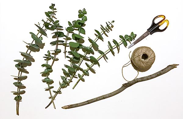 枝を使って作る壁飾りは本当に簡単!  材料・道具  ユーカリ 数本 木の枝 1本 麻紐 適量 ハサミ