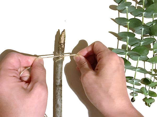 作り方は枝にユーカリを麻紐で結びつけるだけ。  まず枝に壁掛けに掛けるための紐をつけます。紐の長さは好みの長さでOK。