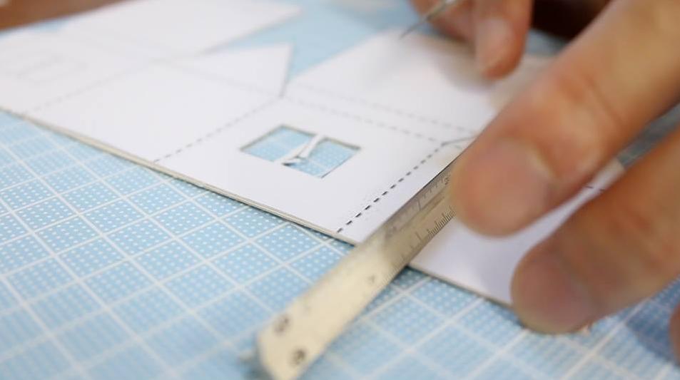 今回は、硬めの厚紙を使用したので、折り目を軽めにカッターを入れています。こうすることで、紙を折りやすくします。