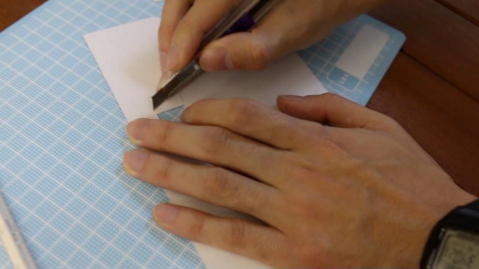 型紙に合わせてカットしていきます。窓は後ろからも切り込み入れるとカットしやすいですよ。