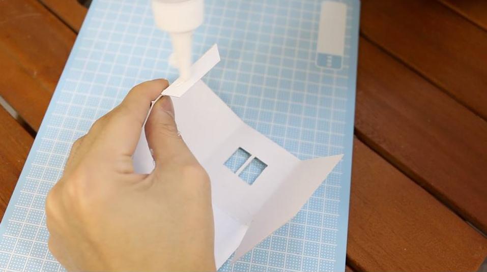 のり付けをしていきましょう。厚紙がある程度、薄いものならスティックのりでもつくと思います。今回は、厚紙がしっかりつくようにスチのりを使用しています。