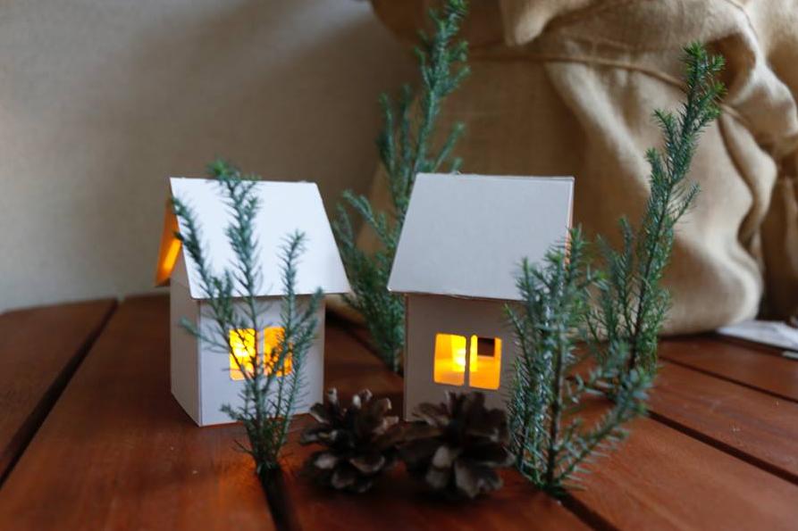 中にLEDキャンドルを設置して、飾れば素敵!まわりにモミや松ぼっくり、クリスマスの雑貨を置いたら可愛いコーナーができそうですね♪