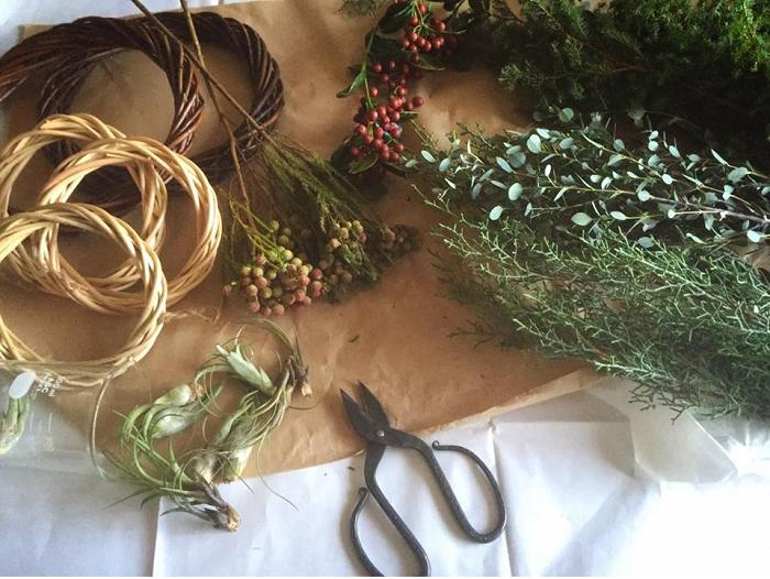 準備するもの リース台  花鋏  ワイヤー  エアプランツ  リース飾りの花材  ・モミやヒバなどコニファー類 ・クリスマスホーリーやバーゼリアの実物 ・ユーカリ