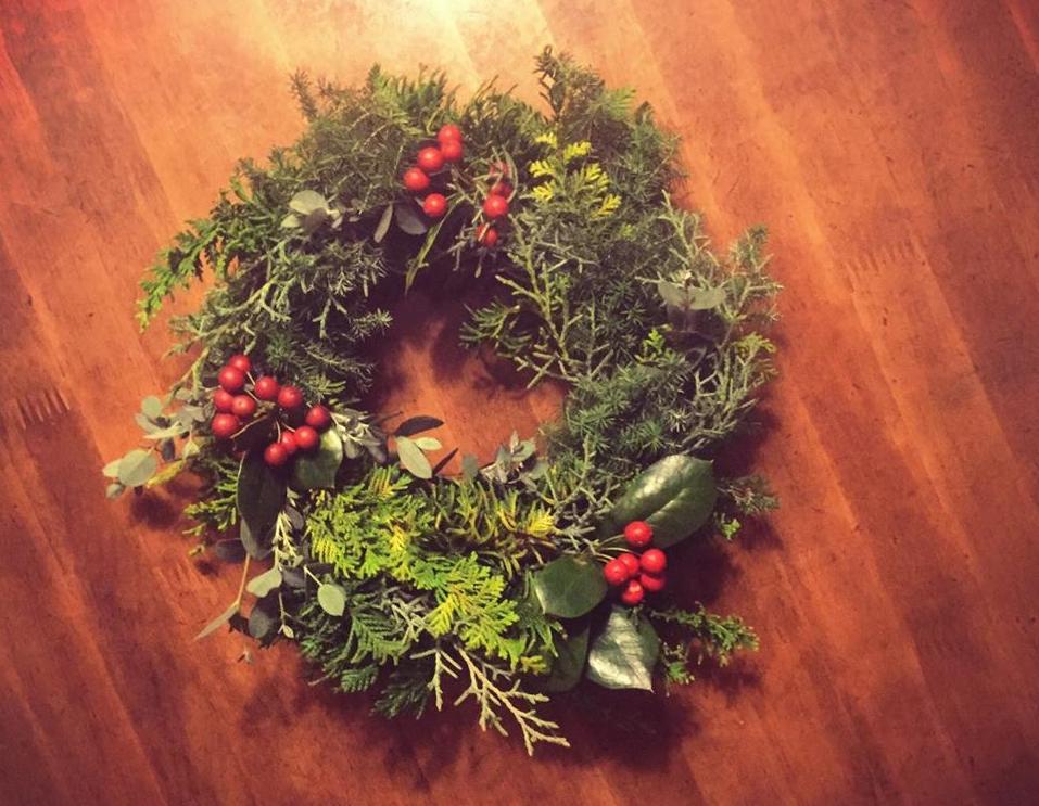 エアプランツリース以外にもクリスマスらしいリースも作ってみました。