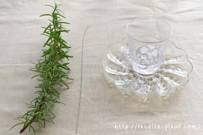 ベースの材料はこちら。ローズマリーと水をはれるガラスのプレートとコップです。
