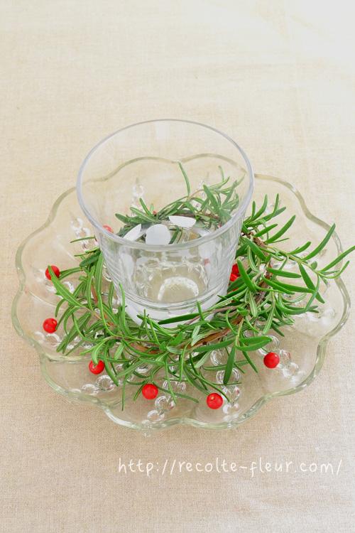 今回はコップの水玉にあわせて、小さな赤い実を水玉風に飾ってみました。