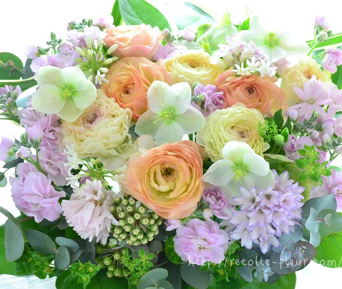ラナンキュラス、ヒヤシンス、ストック、クリスマスローズ、ツルバキア・・・。春の花でペールトーンのアレンジメント。