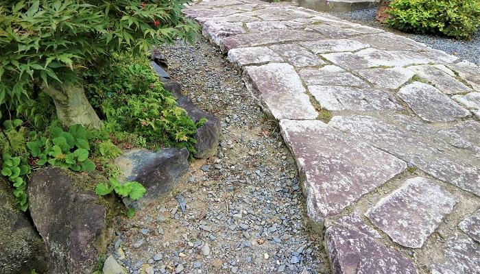 石を敷き詰めた通路。荘厳で落ち着いたイメージに。和風のお庭に合います。
