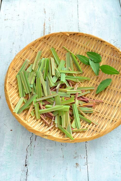 刈り込んだ葉は、天日干しでドライハーブにして、食用の乾燥材を入れれば保存可能。ドライにすると、また香りが変わるので試してはみてはいかがでしょうか。