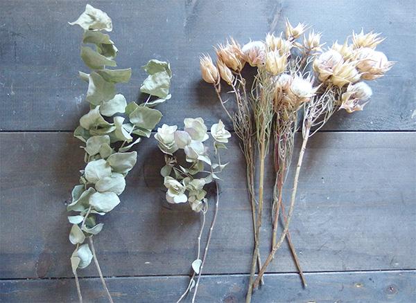 ・好きな植物 セルリア ユーカリ オレガノのドライを使用しました。  ・ハサミ ・ワイヤー (今回は地巻きのワイヤーを使用しています) ・麻紐 ・麻テープ、リボンなど装飾できるもの