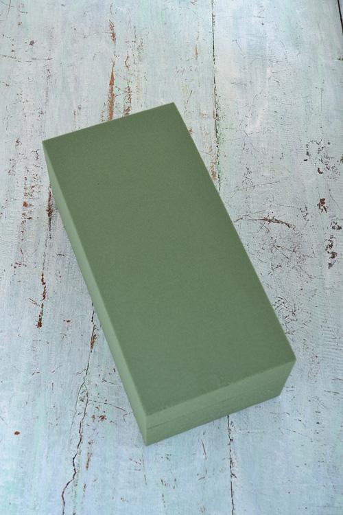 商品によって色の差はありますが、吸水する前の色は、褪せたグリーン色。重さも軽いです。ワンブロックを吸水するとかなりの量を保水することができます。