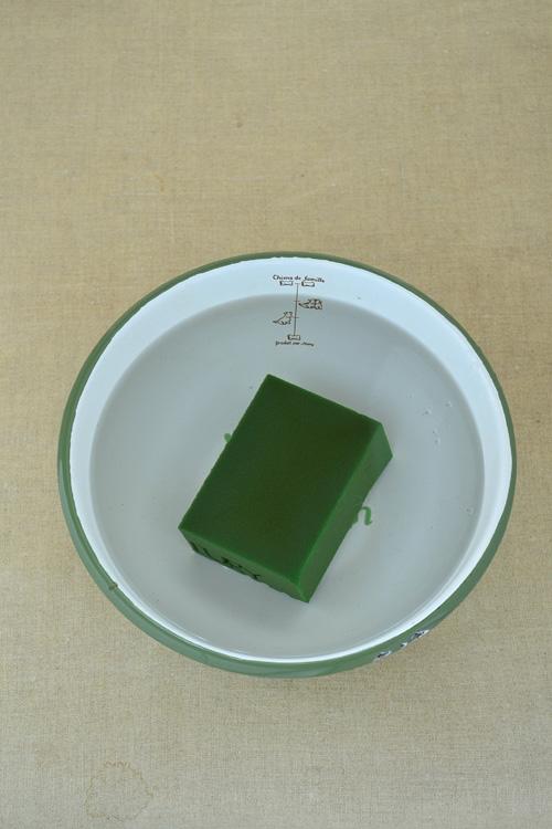 自然に吸水するのを待ちます。吸水してくると濃いめの緑になります。
