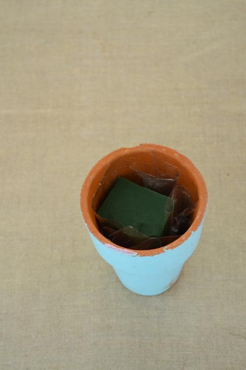 水がもれない器ならそのままでも大丈夫ですが、鉢底穴があるテラコッタや紙製の箱など、水漏れするものは、ビニールやセロファンで吸水スポンジをくるみます。