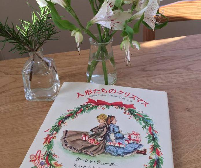 ガーデナーの他にも、人形作家、絵本作家としても有名なターシャです。彼女の描く絵は「アメリカ人の心を表現する」絵と言われ、クリスマスカードや感謝祭、ホワイトハウスのポスターによく使われていました。  有名なマザーグースの挿絵でご覧になった方もいるかもしれませんね。とても温かみのある絵が懐かしい気持ちにさせてくれます。  2008年6月に他界してもなお愛され続ける、世界的に有名なガーデナー、人形・絵本作家でありスローライフを実践されていたターシャについてご紹介します。