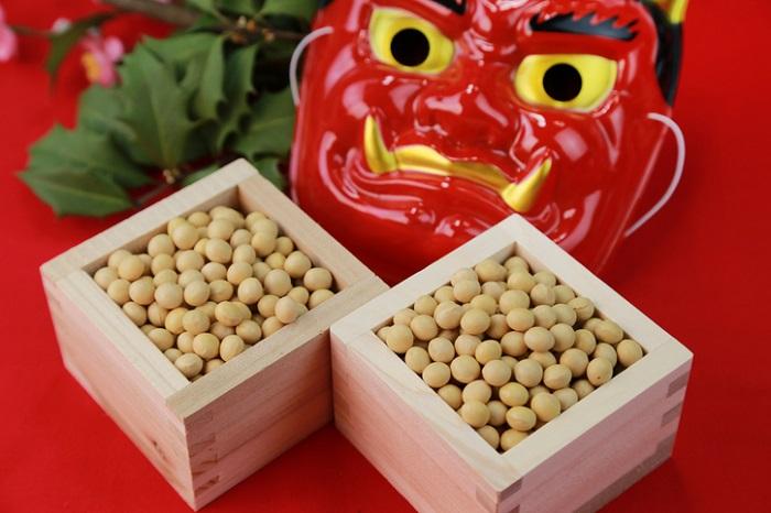 豆まきの風習の起源となった言葉として魔滅(まめ)という大豆の表し方があります。 魔滅(まめ) 大豆には、病気や災いなどの「魔」を滅ぼす力があると考えられていましたので、節分の夜に「鬼は外、福は内」と豆をまくのもこのためです。大豆は古くから馴染みのある食べ物で、加工品である醬油や味噌の存在を含めると日本人にとって無くてはならない食品の代表格です。他にもいろんなことわざや故事がありますので少しご紹介します。