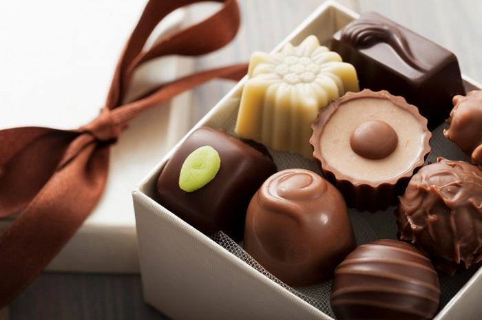 チョコレートの原料は言わずと知れたカカオです。カカオは、赤道付近の高温・多湿な地方で栽培される熱帯性の植物で、樹は常緑樹で半日陰を好み、 生長すると高さは10mほどにもなります。