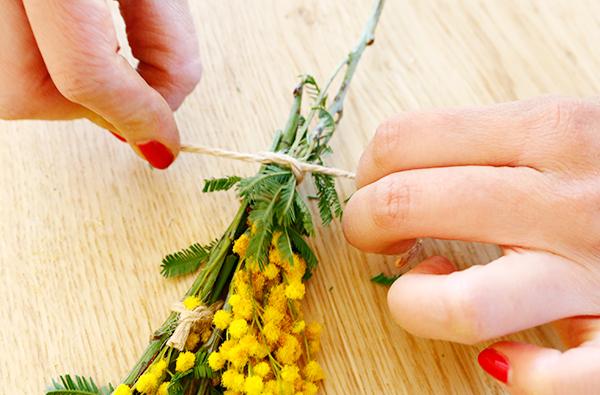 ④葉も同様に麻紐で結びます。