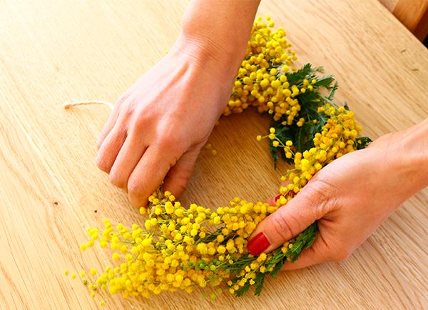 ⑥アーチ型にした茎部分に端を被せるようにして輪っかを作ります。  麻紐で茎と花部分を結びます。花がとれないように優しく行いましょう。葉の位置や、リース全体の形を確認しながら整えます。