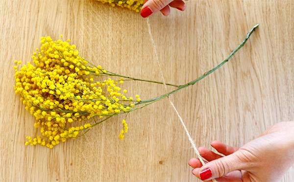 手順 ①麻紐は20cmくらいにカットしミモザの茎に麻紐を通します。