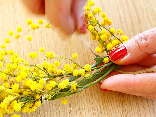 茎の部分に花を乗せて麻紐で結びつけます。