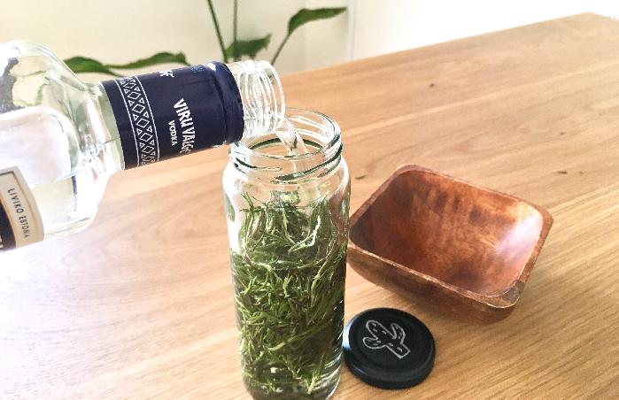 ドライハーブとウオッカ  保存瓶の8分目あたりまでドライハーブを入れ、ひたひたの状態になるまでアルコール度数40度以上のウオッカを注いだのを確認してから瓶の蓋を閉め、直射日光が当たらない冷暗所に2週間保管します。