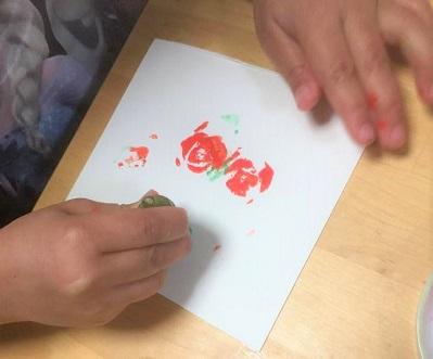 色が混ざってしまうので、練習用も絵の具の色ごとに画用紙をわけたほうがよさそうです。