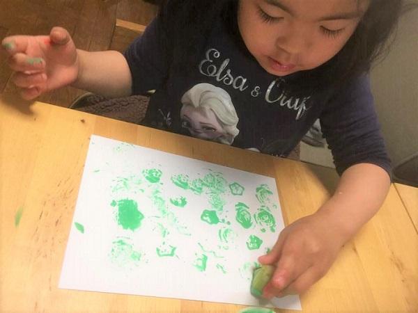 小松菜の模様は、絵の具の量や押し方で模様が変わってくるため、本人もそれに気づいていろいろ押してみている様子。